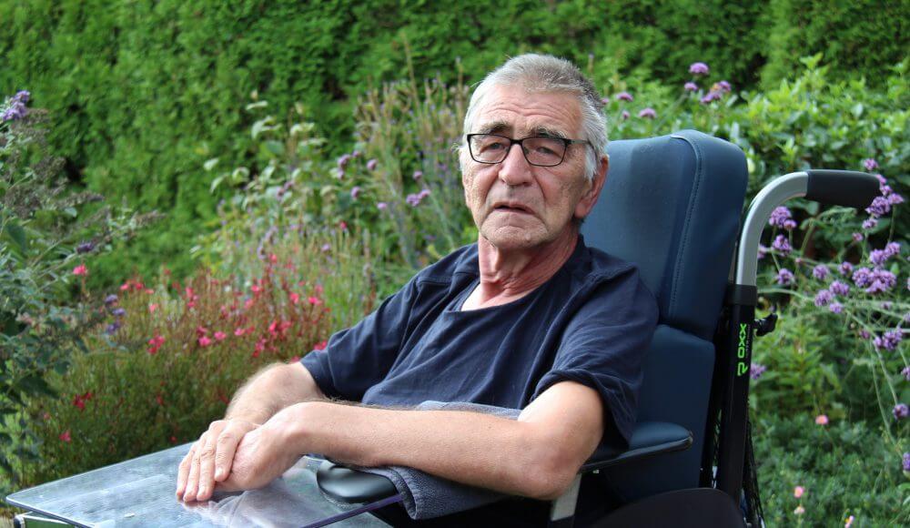 Oude man in rolstoel krijgt warme aandacht